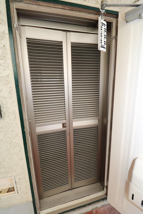 便利なルーバー式玄関網戸