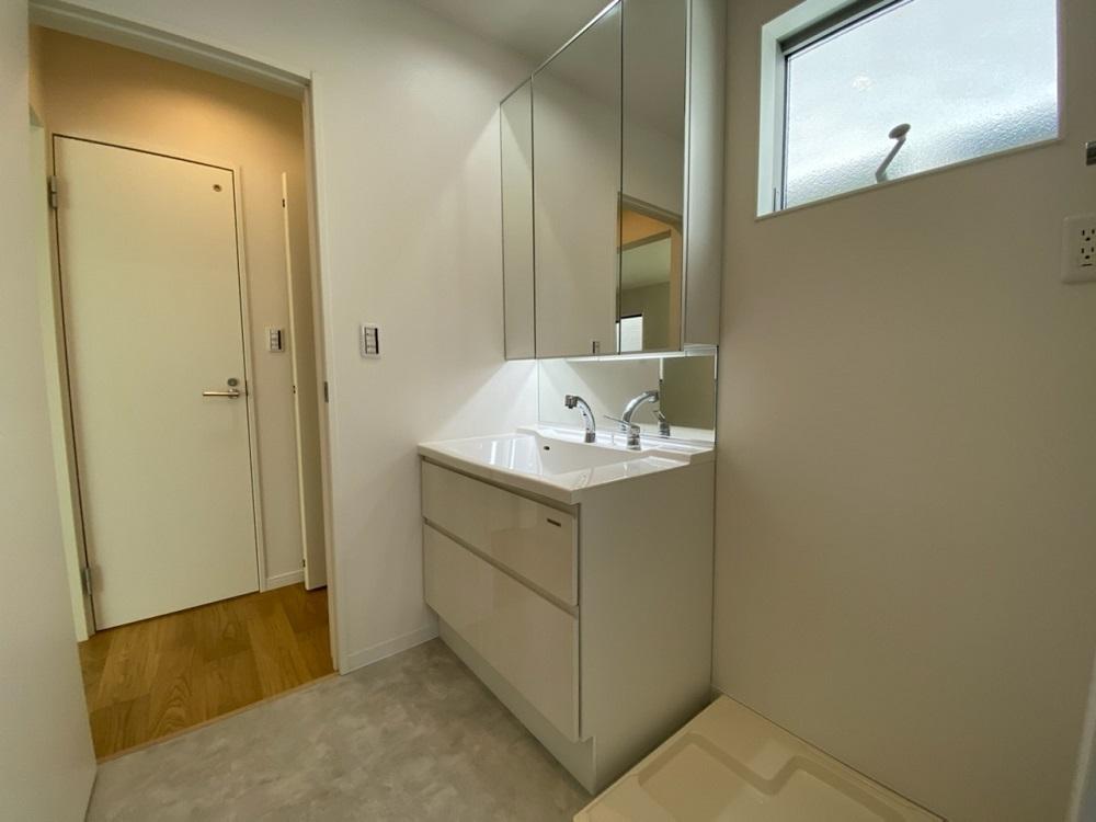 忙しい朝にうれしいシャワー付洗面台