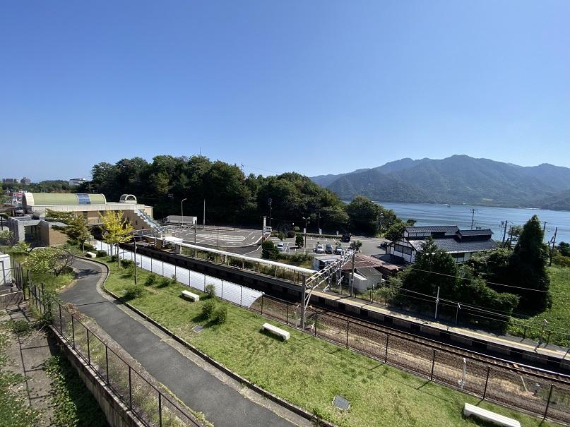 バルコニーから宮島、JR前空駅へ徒歩2分の好立地